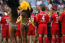 Evento de la UNESCO Juego del corazón, las superestrellas de F1 juegan contra las superestrellas RTL: Michael Schumacher ve el entretenimiento antes del partido