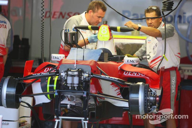 La Toyota Racing TF106 est préparée pour la fin de semaine