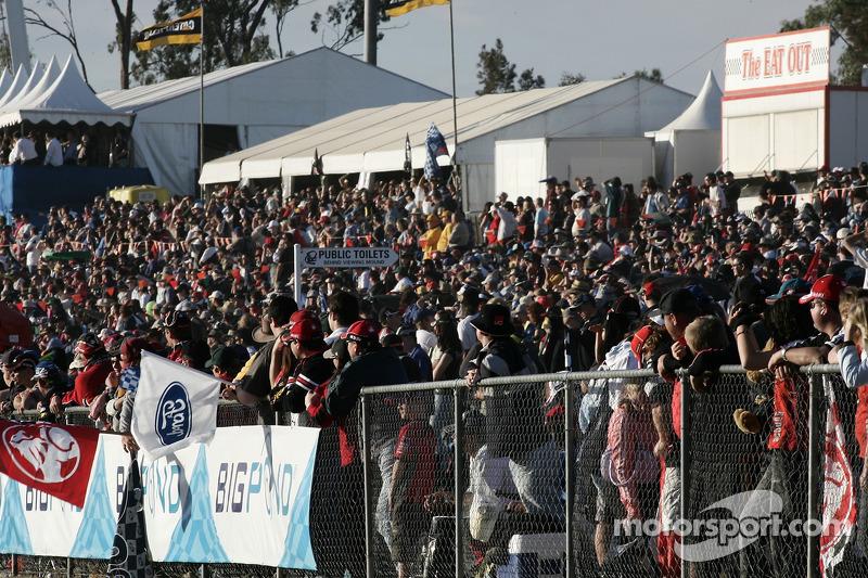 Une foule massive regarde les derniers tours