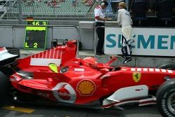 Michael Schumacher pasa a Nico Rosberg