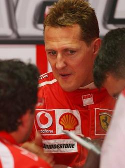 Michael Schumacher habla con los ingenieros de Ferrari y Bridgestone