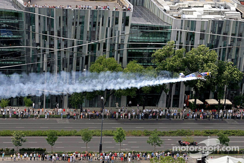 Red Bull Show Run Budapest:  Peter Besenyei y un STR1 manejando y volando a través de la histórica ciudad de Budapest.