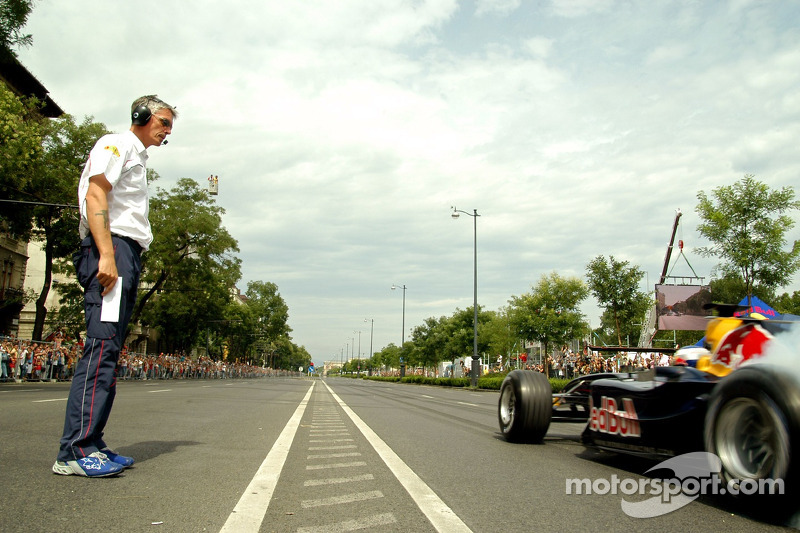 Red Bull Show Run Budapest: prueba de equipo Gerente Anthony Burrows y Robert Doornbos