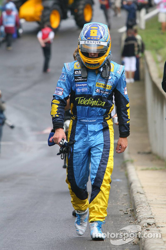 Fernando Alonso camina hacia el paddock