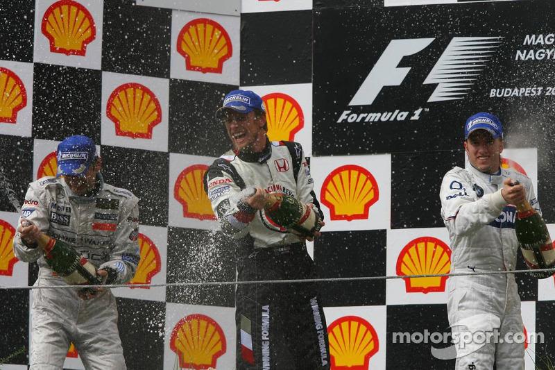 Podio: champagne para el ganador Jenson Button, segundo lugar Pedro de la Rosa y tercer lugar Nick H