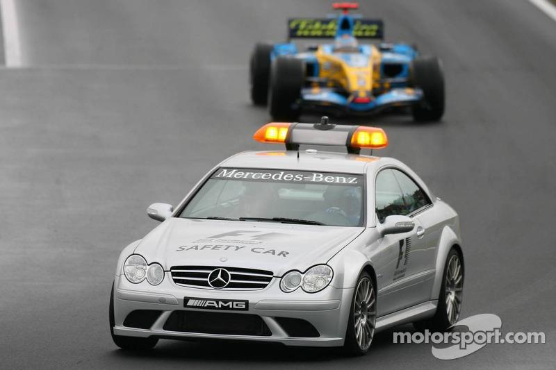 Fernando Alonso detrás de auto de seguridad