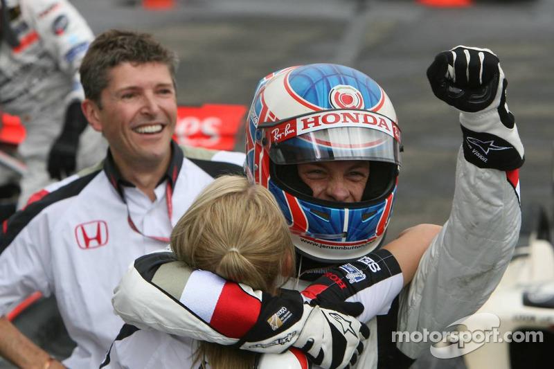 Ganador de la carrera Jenson Button celebra con Nick Fry