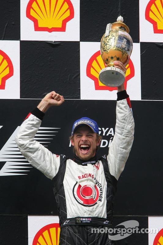 Podio: ganador de la carrera Jenson Button celebra