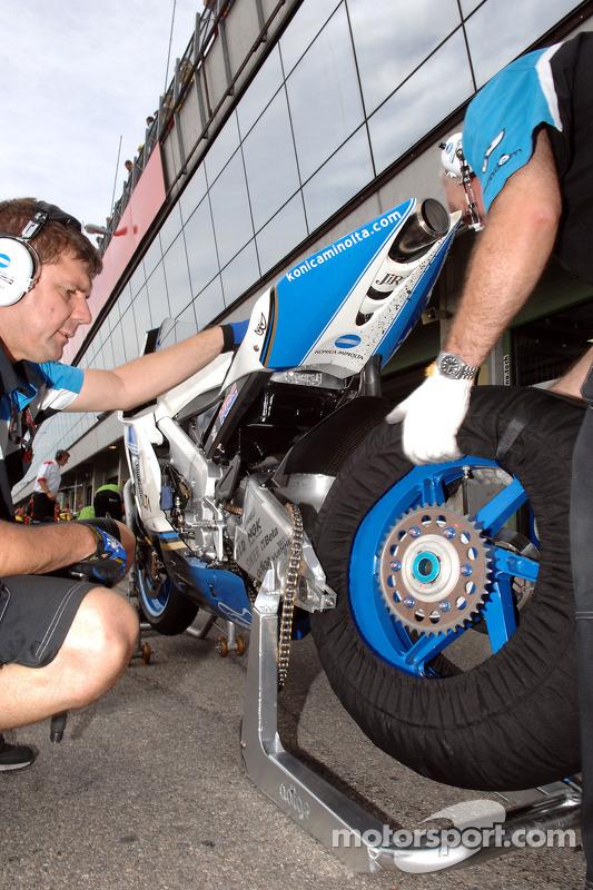 Miembro del equipo Konica Minolta Honda en el trabajo