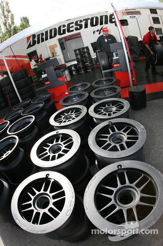 Le paddock Bridgestone