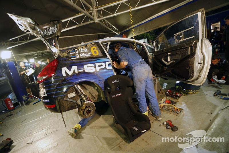 M-Sport, Mechaniker arbeiten am Unfallauto von Ott Tänak und Molder Raigo