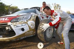 Kris Meeke und Paul Nagle, Citroën DS3 WRC, Citroën World Rally Team, beim Reifenwechsel