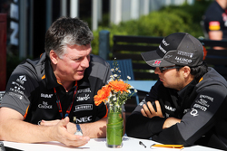 Otmar Szafnauer, Sahara Force India F1 Chief Operating Officer met Sergio Perez, Sahara Force India F1