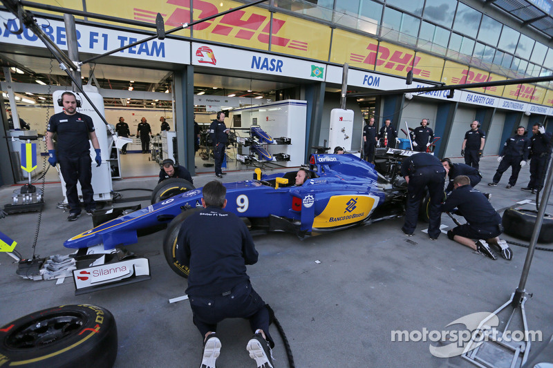 Sauber F1 Team practices a pit stop