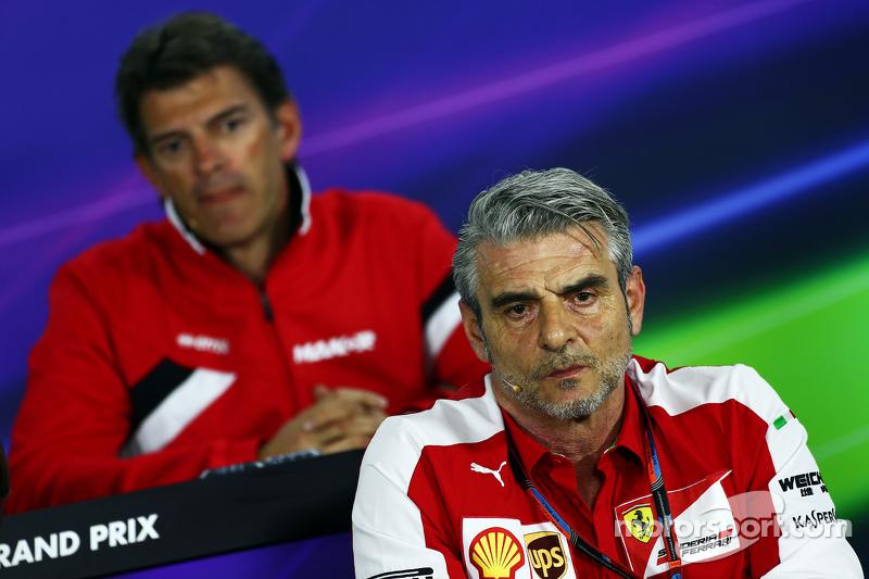 Maurizio Arrivabene, Ferrari-Teamchef, und Graeme Lowdon, Manor F1 Team, Geschäftsführer, in der FIA
