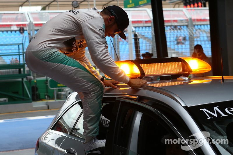 Pole-Position: 1. Lewis Hamilton, Mercedes AMG F1, steigt aus dem FIA Medical-Car aus