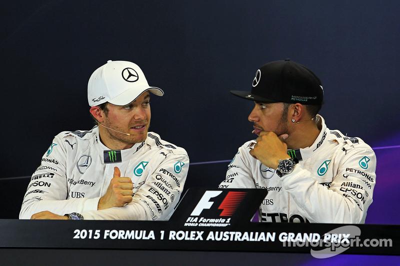 2. Nico Rosberg, Mercedes AMG F1, mit Pole-Sitter Lewis Hamilton, Mercedes AMG F1, in der FIA-Presse