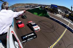 La salida: Joey Logano, Team Penske Ford leads