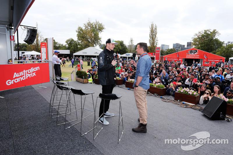 (da sinistra a destra): Nico Hulkenberg, Sahara Force India F1 con Will Buxton, presentatoreNBC Spo