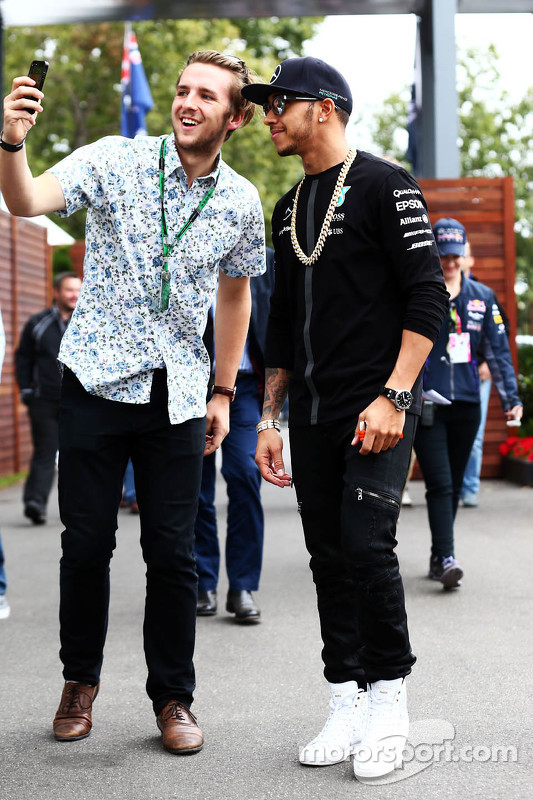 Lewis Hamilton, Mercedes AMG F1 bersama a fan
