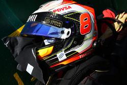 El casco de Romain Grosjean, Lotus F1 Team en la parrilla