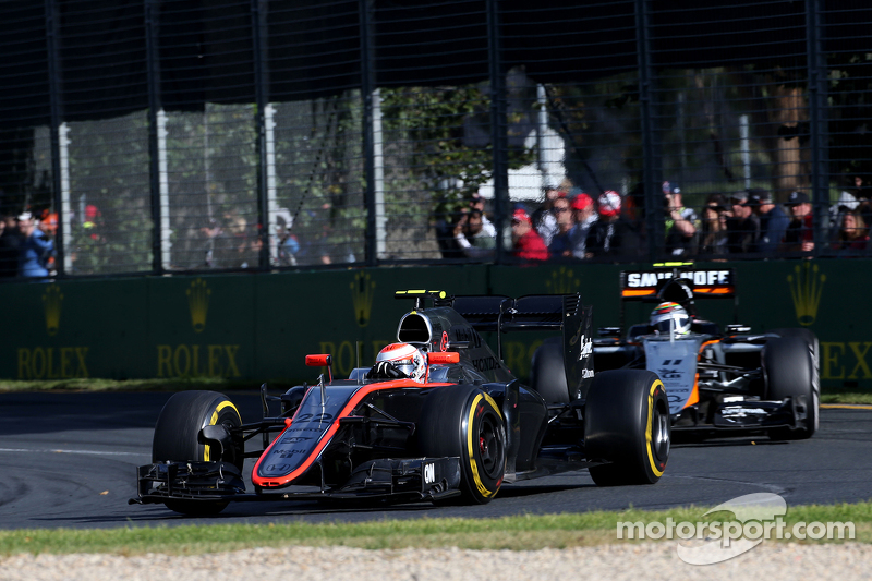Jenson Button, McLaren-Honda, und Sergio Perez, Sahara Force India