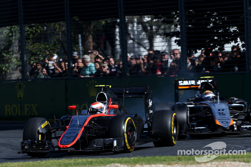 Jenson Button, McLaren-Honda, und Sergio Perez, Sahara Force India