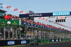 El ganador de la carrera, Lewis Hamilton, Mercedes AMG F1 W06, se lleva la bandera a cuadros al fina