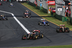Romain Grosjean, Lotus F1 E23 devant son équipier Pastor Maldonado, Lotus F1 E23 lors du tour de formation