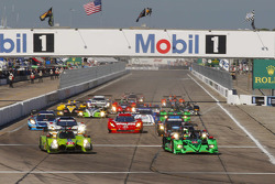 Старт: #57 Krohn Racing Ligier JS P2 Judd: Трейсі Крон, Олів'є Пла, Нік Джонсон лідирує