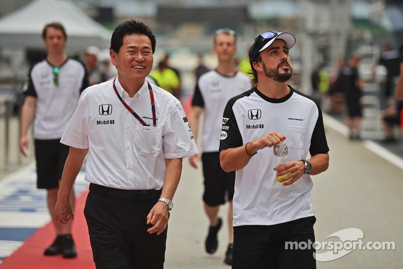 (Kiri ke Kanan): Yasuhisa Arai, Honda Motorsport Chief Officer dengan Fernando Alonso, McLaren
