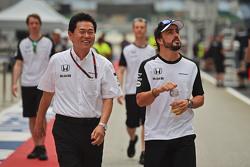 (De izquierda a derecha): Yasuhisa Arai, Honda Director de Motorsport con Fernando Alonso, McLaren