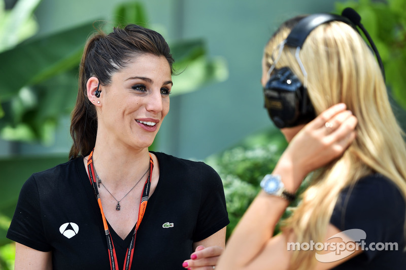 (Kiri ke Kanan): Lucia Villalon Puras, Reporter TV dan Carmen Jorda, Lotus F1 Team Development Driver