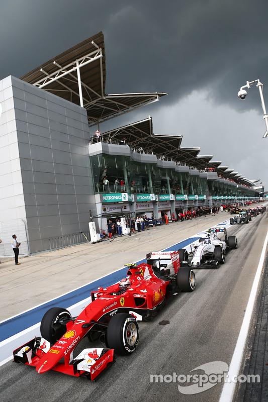 Kimi Räikkönen, Ferrari SF15-T, in der Schlange am Ende der Boxengasse