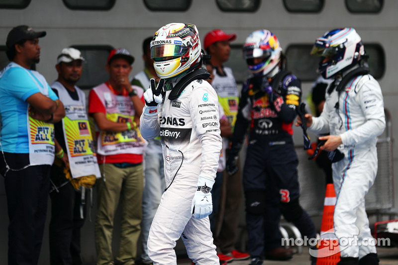 Lewis Hamilton, Mercedes AMG F1 merayakan his pole position in parc ferme