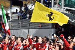 Ferrari feiert den Sieg am Podium