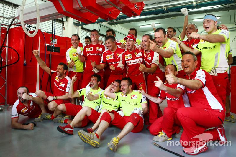 Ganador de la Carrera Sebastian Vettel, Ferrari celebra con el equipo