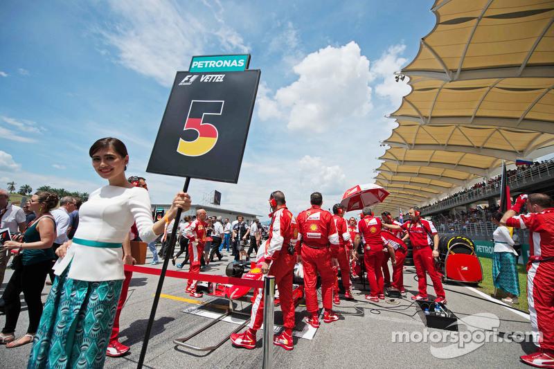 Chicas en la parrilla de Sebastian Vettel, Ferrari