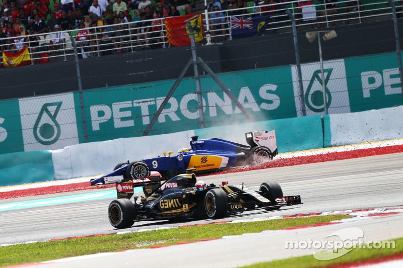 Pastor Maldonado, Lotus F1 E23, überholt Marcus Ericsson, Sauber C34, der sich dreht und ausscheidet