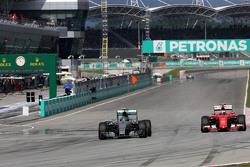 Нико Росберг Mercedes AMG F1 Team и Кими Райконен, Scuderia Ferrari