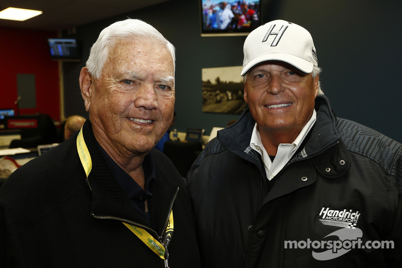 NASCAR Salón de la Fama Junior Johnson con el dueño del equipo Rick Hendrick