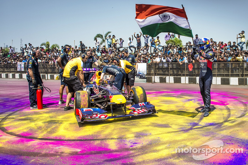 David Coulthard, Red Bull Racing terlihat dengan bendera India selama Red Bull Showrun di Jalan Necklace di Hyderabad, India