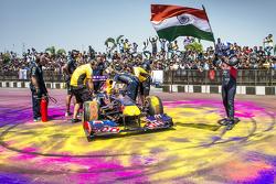 David Coulthard, Red Bull Racing con la bandera de la India durante Red Bull Showrun en el Necklace Road en Hyderabad, India