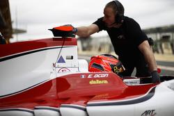 Esteban Ocon ART Grand Prixis empuja de nuevo a el garaje