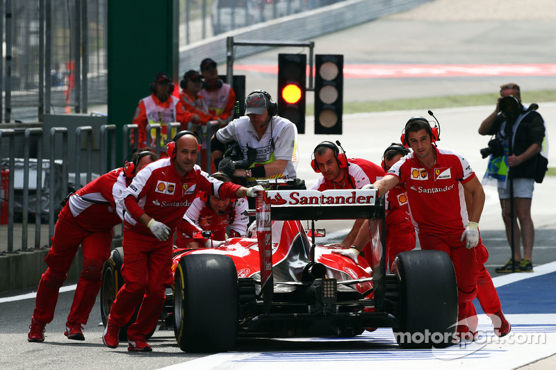 Sebastian Vettel, Ferrari SF15-T is pushed back di pits