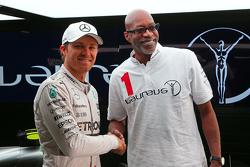 Nico Rosberg, Mercedes AMG F1 bersama Ed Moses, 400m Hurdles Athletics Legend