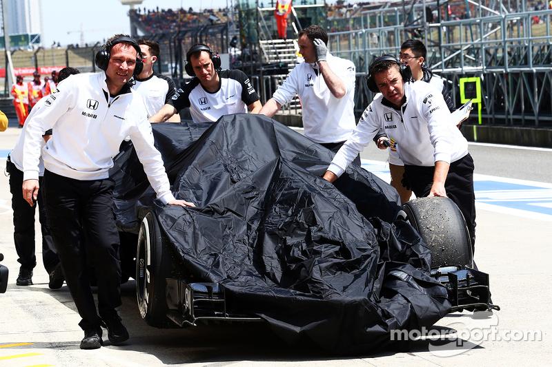 Der McLaren MP4-30 von Fernando Alonso, McLaren, wird nach dem dritten Training zurück in die Box gebracht