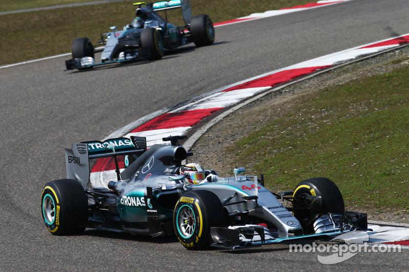 Lewis Hamilton, Mercedes AMG F1 W06 memimpin rekan setim Nico Rosberg, Mercedes AMG F1 W06