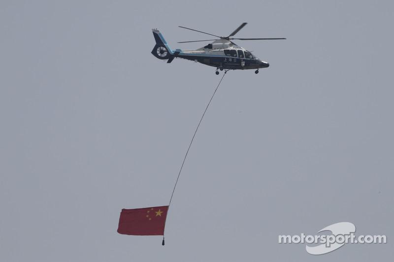 Sebuah helikopter membawa bendera Austria
