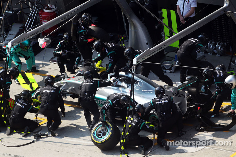 Lewis Hamilton, Mercedes AMG F1 W06, beim Boxenstopp